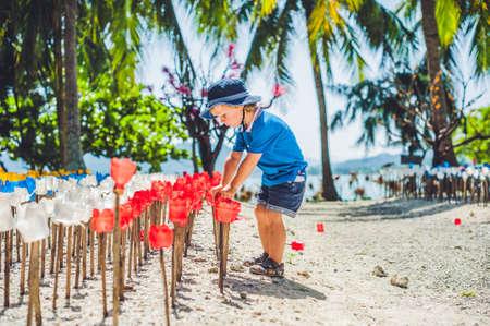 niño parado: Reciclado de flores de plástico de colores y preescolar. Flores hechas de una botella de plástico. botella de plástico reciclado. el concepto de reciclaje de residuos