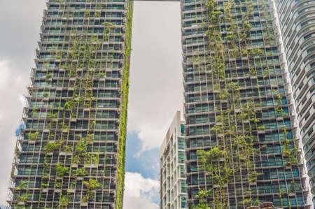 Architecture écologique Bâtiment de gratte-ciel vert avec des plantes qui poussent sur la façade. Écologie et vie verte en ville, concept d'environnement urbain. Garez-vous dans le ciel.