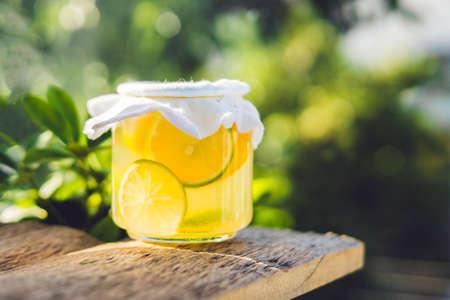 수 제 발효 원시 Kombucha 차 오렌지와 라임 마실 준비가. 여름. 스톡 콘텐츠
