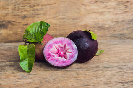 나무 배경에 신선한 Chrysophyllum cainito 과일입니다.