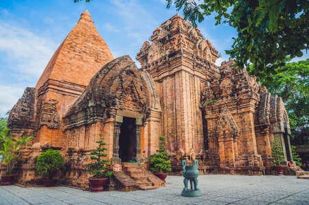 나트랑, 랜드 마크 베트남에서 오래 된 벽돌 cham 타워. 아시아 여행 개념입니다. 베트남 개념을 통해 여행입니다. 스톡 콘텐츠