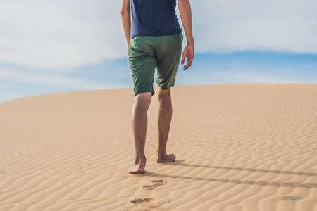 KSA: Mens legs go in the desert Vietnam, Mui Ne.