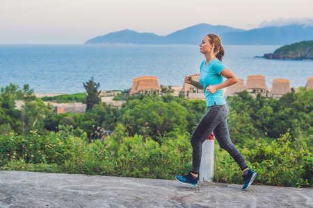 Eine sportliche junge Frau beschäftigt sich mit dem Meer. Standard-Bild