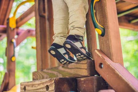 zapatos ortopédicos de los niños en los pies del muchacho. Foto de archivo