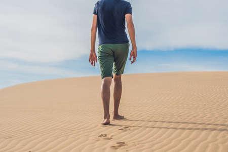 Mens legs go in the desert Vietnam, Mui Ne.