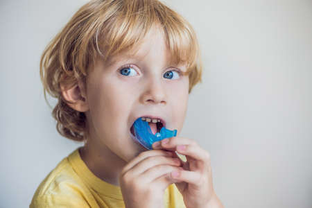 Three-year old boy shows myofunctional trainer to illuminate mouth breathing habit. Helps equalize the growing teeth and correct bite. Corrects the position of the tongue. 版權商用圖片