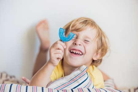口呼吸の習慣を照らす 3 歳男の子ショー口腔筋機能トレーナー