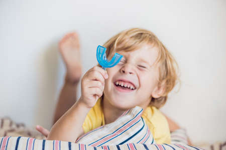 Three-year old boy shows myofunctional trainer to illuminate mouth breathing habit. 스톡 콘텐츠