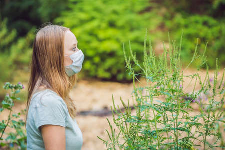 ajenjo: Young woman in a medical mask because of an allergy to ragweed.