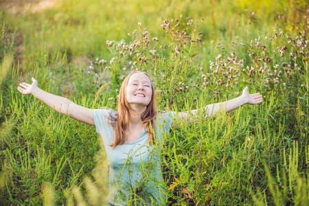 ajenjo: Mujer joven feliz porque ya no se siente alérgico a la ambrosía.