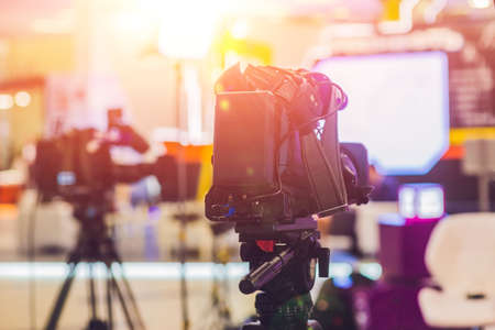 TV 뉴스 스튜디오 카메라와 조명. 스톡 콘텐츠