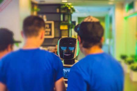 두 남자는 로봇과 이야기입니다. 차 상자 개념입니다. 소셜 미디어 메쉬 및 미래 지향적 인 디자인. 스톡 콘텐츠