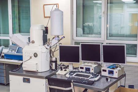 Scannende elektronenmicroscoopmicroscoop in een fysiek laboratorium