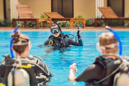 Diving instructor and students. Instructor teaches students to dive. 版權商用圖片 - 93276783