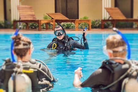다이빙 강사 및 학생들. 강사는 학생들에게 다이빙을 가르칩니다.