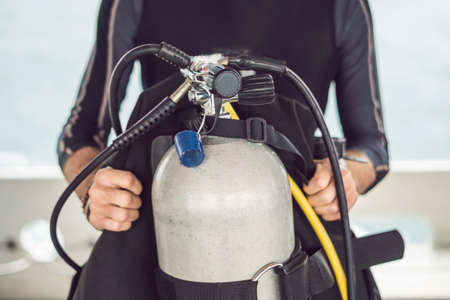 Diver prepares his equipment for diving in the sea. Imagens