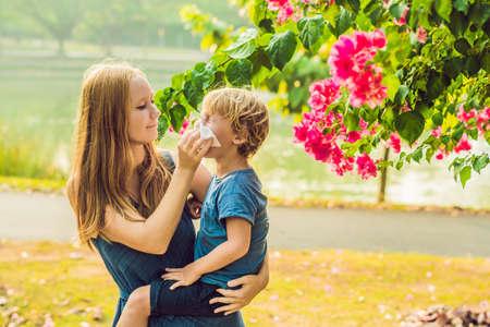 Maman regarde son fils qui est allergique au pollen. Banque d'images