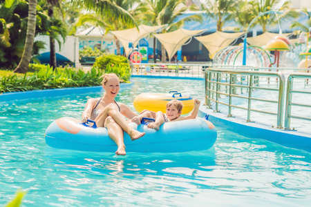 Mom and son have fun at the water park. Banco de Imagens