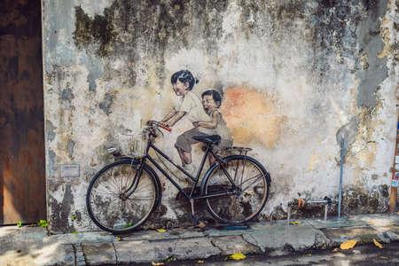 Georgetown, Penang, Malaysia - 20. April 2018: Public Street Art Name Kinder auf einem Fahrrad gemalt 3D an der Wand, das sind zwei kleine chinesische Mädchen, die Fahrrad in Georgetown, Penang, Malaysia fahren?