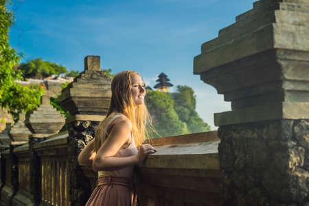 Young woman traveler in Pura Luhur Uluwatu temple, Bali, Indonesia. Imagens
