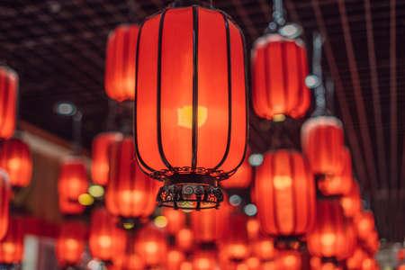 Lanterne rosse cinesi per il capodanno cinese. Lanterne cinesi durante il festival di capodanno.