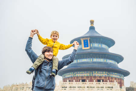 Dad and son travelers in the Temple of Heaven in Beijing. Stockfoto