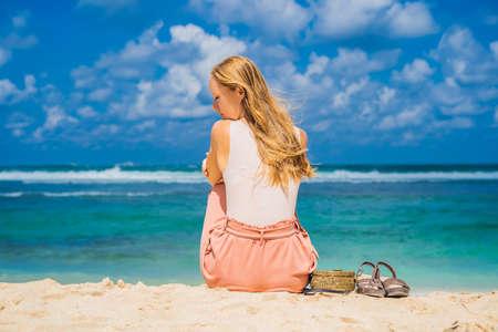 Young woman traveler on amazing Melasti Beach with turquoise water, Bali Island Indonesia 版權商用圖片 - 114892408