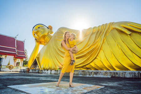 Happy tourists mother and son on background ofLying Buddha statue Reklamní fotografie