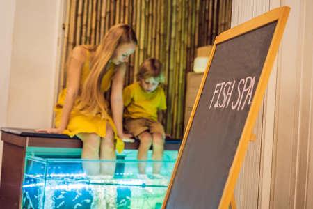 Mom and son at the fish spa Stockfoto