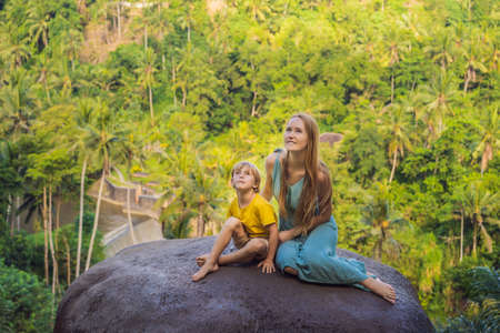 Mom and son tourists on a stone over the jungle. Stock fotó - 129825653