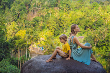 Mom and son tourists on a stone over the jungle. Stock fotó - 129825654
