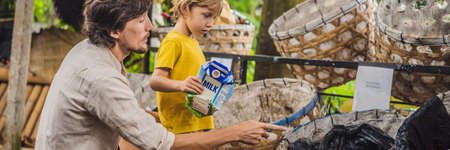 Dad and son, separate garbage collection. Teaching children to separate garbage collection BANNER, LONG FORMAT Banco de Imagens - 128814636