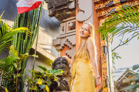Young woman tourist on the background of Balinese doors. Bali Travel Concept Banco de Imagens