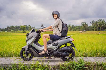 Männlicher Reisender auf einem Fahrrad unter einem Reisfeld. Touristenreisen nach Bali