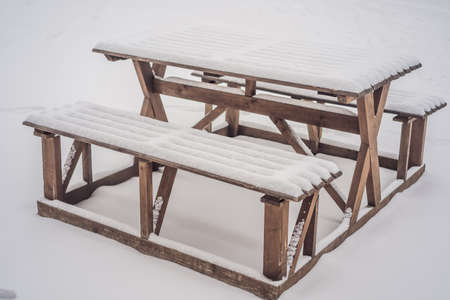 Benches in the winter city park which has been filled up with snow. Standard-Bild