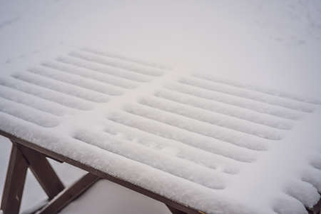 Benches in the winter city park which has been filled up with snow. Stockfoto