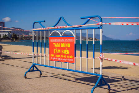 Corona Virus threat closes beaches and public places in many countries. The inscription PREVENTION OF INFECTIOUS INJURY COVID19. TEMPORARY CLOSING OF BEACHES FOR 15 DAYS STARTING FROM 1.04.2020 in Vietnamese 免版税图像