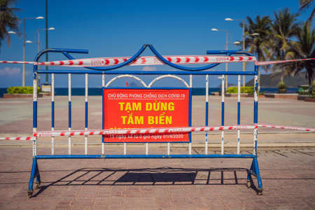 Corona Virus threat closes beaches and public places in many countries. The inscription PREVENTION OF INFECTIOUS INJURY COVID19. TEMPORARY CLOSING OF BEACHES FOR 15 DAYS STARTING FROM 1.04.2020 in Vietnamese 免版税图像 - 144057751