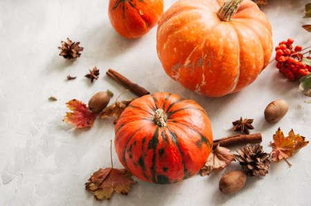 Fondo de la temporada de otoño. Calabazas, hojas de arce y especias.