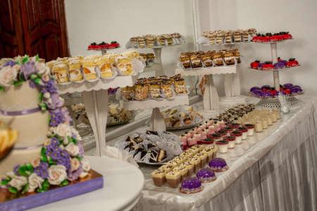 結婚式のビュッフェで甘いケーキ。出前