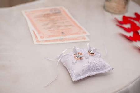 Wedding rings on the pillow for rings 版權商用圖片