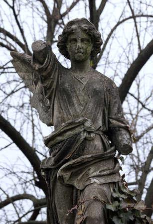 weatherworn: Angyal kopott sírk? szobor. Stock Photo