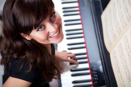 pianista: joven mujer tocando piano 6986  Foto de archivo