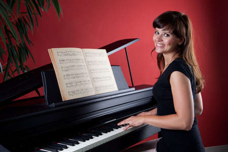 pianista: joven mujer tocando piano 6976