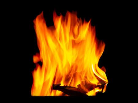 Falò di fiamma fatto di legna da ardere da vicino isolato su sfondo nero