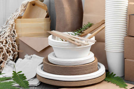 Eco friendly packaging and dishes made from natural recyclable materials. Environmental protection and waste reduction concept 免版税图像