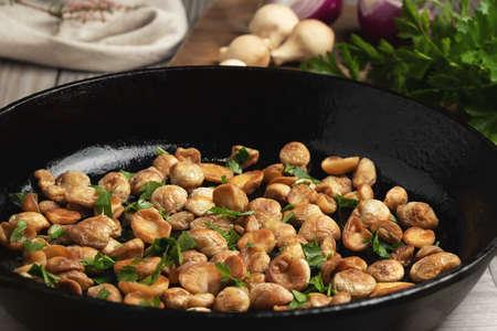 Cooking edible puffball mushrooms. Fried mushrooms in a cast iron pan 免版税图像