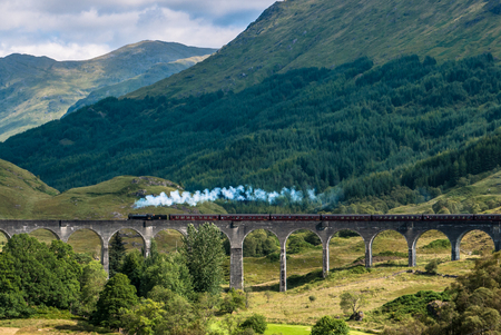 Der Jacobite Zug über Glenfinnan Viadukt (Hogwarts Express) Standard-Bild - 79745726