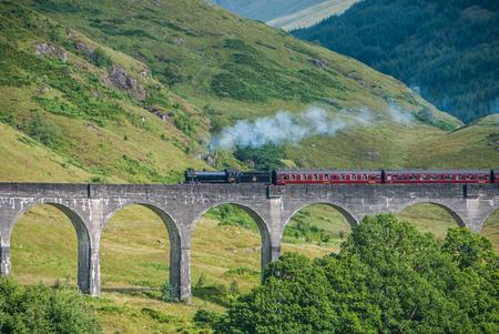 Der Jacobite Zug über Glenfinnan Viadukt (Hogwarts Express) Standard-Bild - 79745724