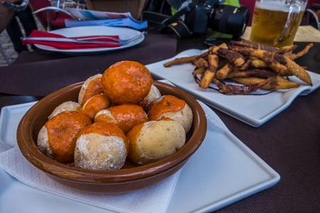 Typische rinkachtige aardappelen met rode mojo